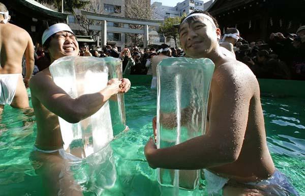 teppozu-inari-prière-eau-glacée-japon