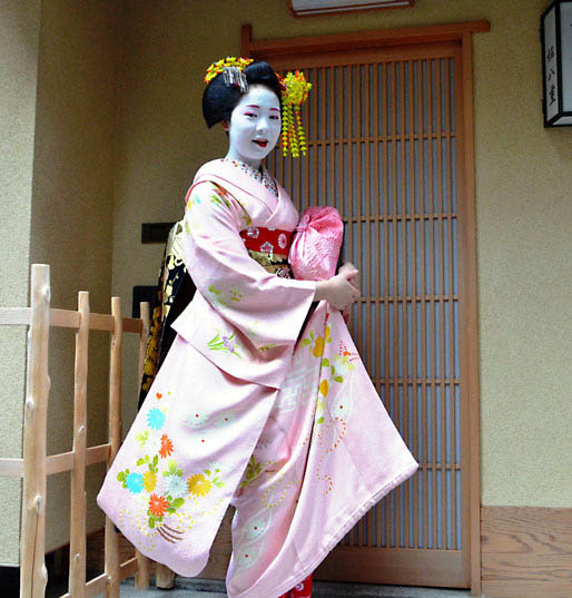 La jeune maiko Fukutomo, Chiaki Tsukada de son vrai nom, dans les rues du quartier de Miyagawacho.