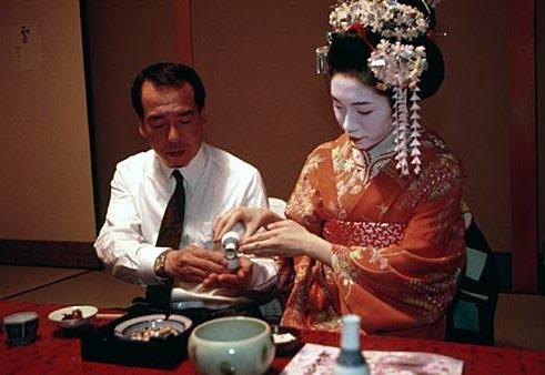 1124107549258_Geisha_Serving_Sake_Picture