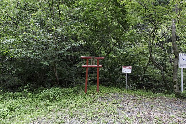 La pancarte indique déjà qu'il est interdit de déposer des ordures mais le torii ajoute un point d'exclamation.