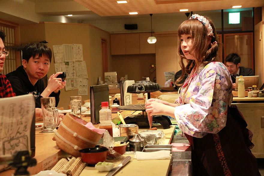 Nadeshico Sushi pourrait ressembler à un bar à sushi traditionnel, mais il y a une chose qui le rend très différent : Tous ses employés sont des femmes !