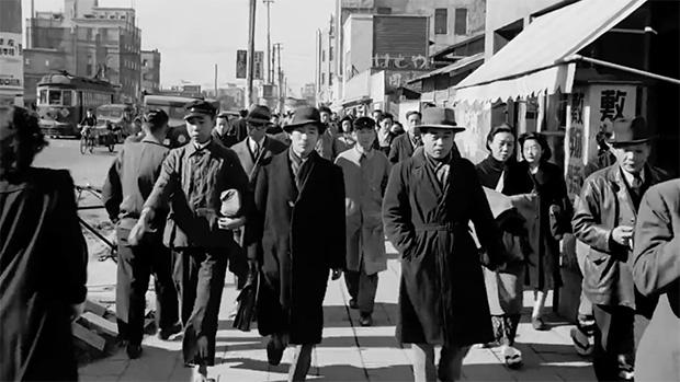 Une chose qui n'a pas changé : les salarymen. Mais leurs chapeaux sont nettement moins cools de nos jours.