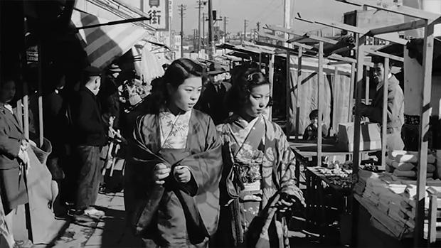 Deux charmantes femmes vêtues de kimono marchant le long du Dogenzaka moderne à Shibuya