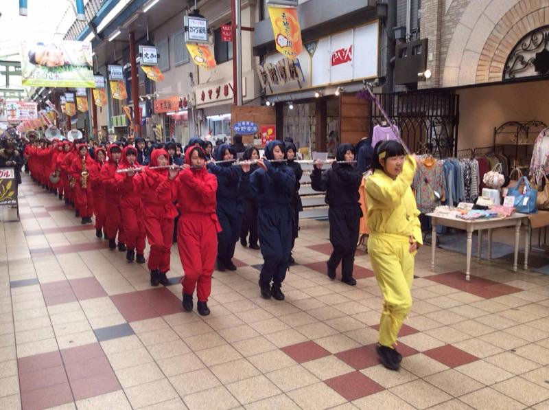 Voir un défilé de ninjas