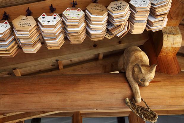Les ema, ces plaques en bois contenant prières et vœux sont également en forme de chats.