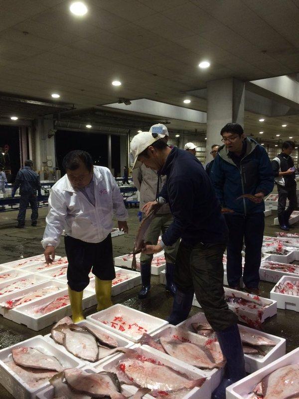 Photo prise au port de pêche de Shimonoseki. Le Président Kimura observe tous les poissons pêchés. Ceux qu'il achète pourraient se retrouver dans un restaurant Sushizanmai près de chez vous.