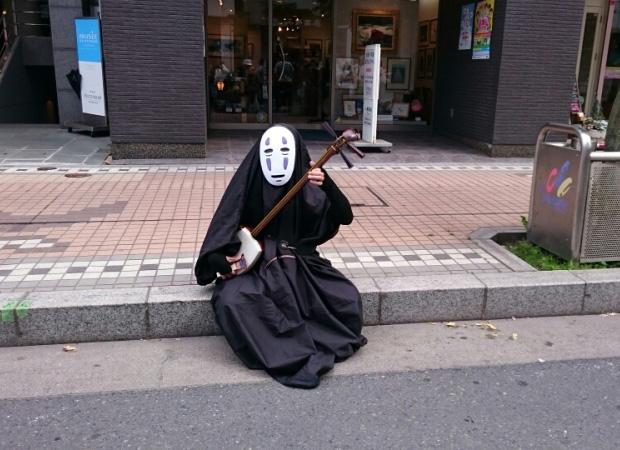 sans-visage-rues-japonaises-musicien