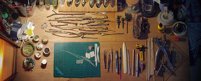 En mélangeant objets naturels et matériel de modélisme, le résultat est bluffant de réalisme.