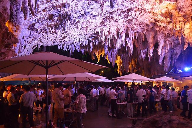 cave-cafe-okinawa-japon-naha-grotte