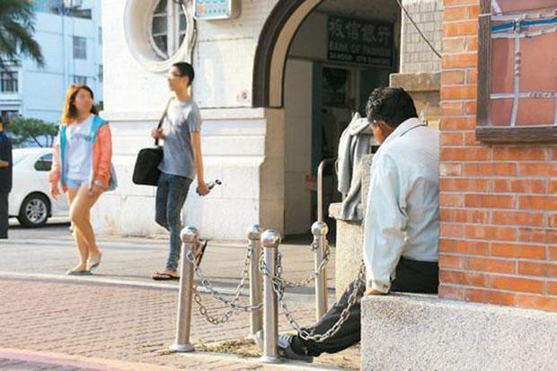 Ah-Ji patientant devant la gare