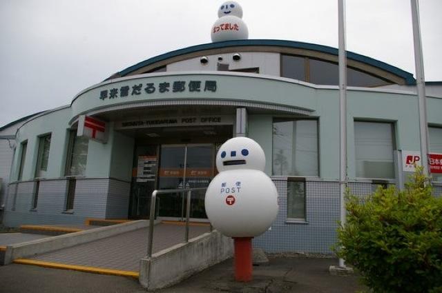Une boîte aux lettres en forme de bonhomme de neige à Hokkaido.