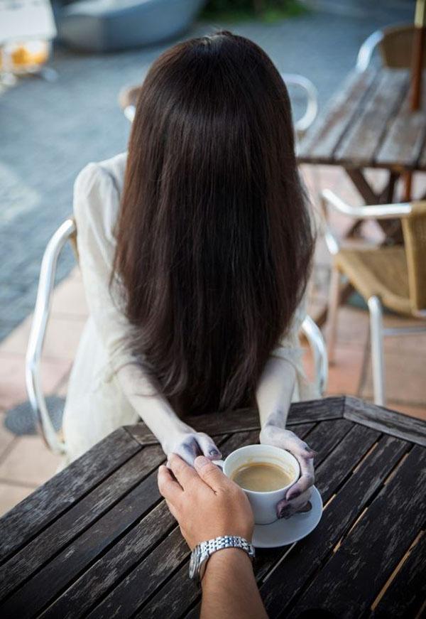 Une pause-café. Le moment idéal pour tenter une approche.
