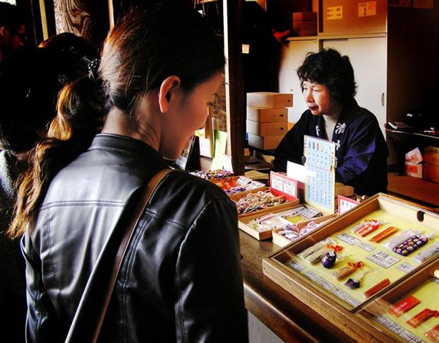 Les omamamori sont généralement vendues à l'entrée des temples