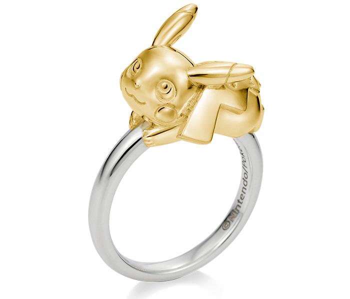 L'un des bijoux les plus spectaculaires de la gamme est cette bague Pikachu en argent et en or jaune 18 carats d'une valeur de ¥ 99,000.