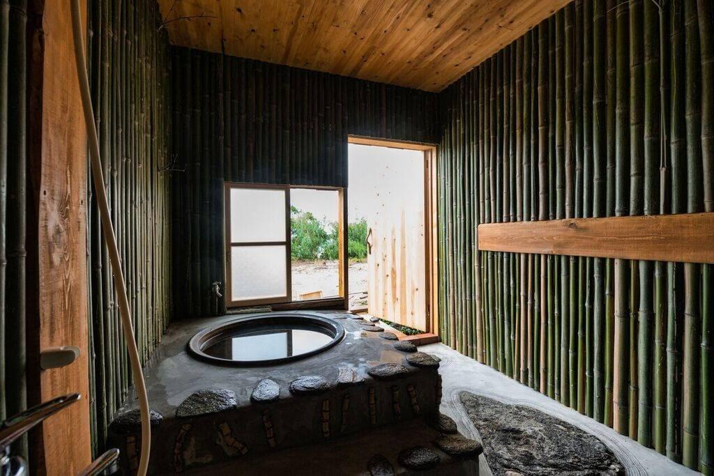 """L'occasion de découvrir le Japon traditionnel avec un bain en fer connu sous le nom de goemonburo ( """"bain Goemon"""")."""