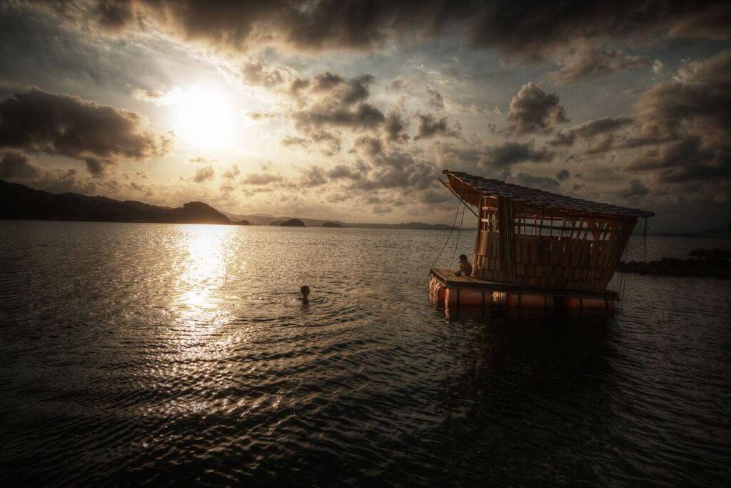 Pourquoi ne pas vous baigner durant le coucher du soleil et vous reposer sur l'une de ses cabanes flottantes ?
