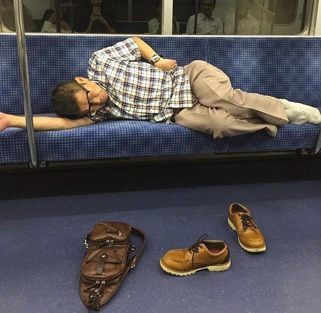Celui-ci s'endort tout en laissant son sac et ses chaussures à la portée de tous.